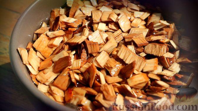 Фото приготовления рецепта: Копчёная форель (на гриле) - шаг №4