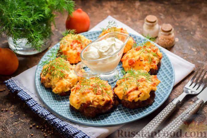 """Фото к рецепту: """"Стожки"""" из мясного фарша с помидорами, яйцами и плавленым сыром"""