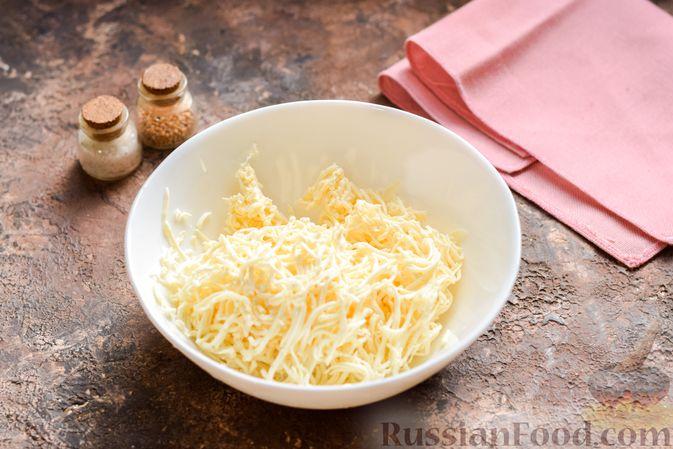 """Фото приготовления рецепта: """"Стожки"""" из мясного фарша с помидорами, яйцами и плавленым сыром - шаг №3"""