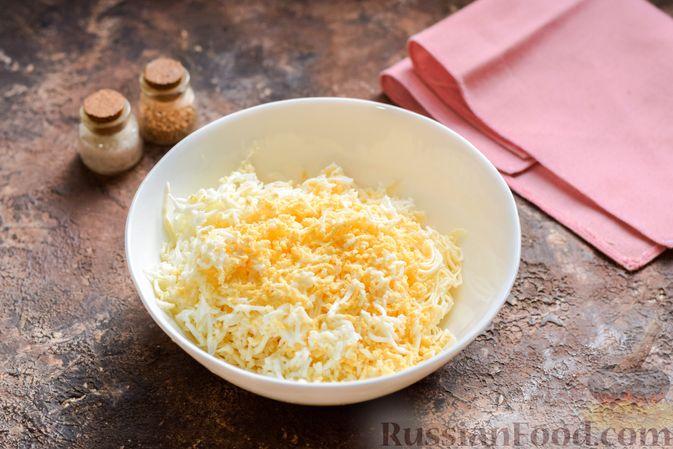 """Фото приготовления рецепта: """"Стожки"""" из мясного фарша с помидорами, яйцами и плавленым сыром - шаг №4"""