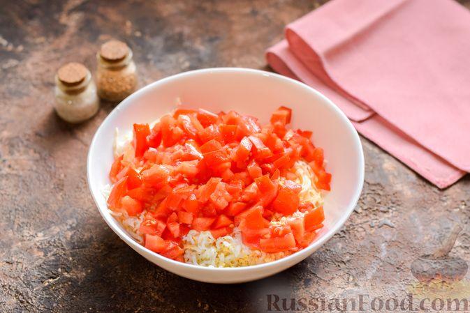 """Фото приготовления рецепта: """"Стожки"""" из мясного фарша с помидорами, яйцами и плавленым сыром - шаг №5"""