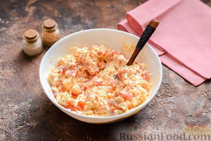 """Фото приготовления рецепта: """"Стожки"""" из мясного фарша с помидорами, яйцами и плавленым сыром - шаг №7"""