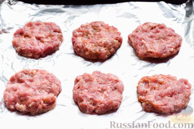 """Фото приготовления рецепта: """"Стожки"""" из мясного фарша с помидорами, яйцами и плавленым сыром - шаг №9"""