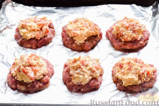 """Фото приготовления рецепта: """"Стожки"""" из мясного фарша с помидорами, яйцами и плавленым сыром - шаг №10"""