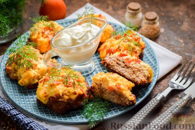 """Фото приготовления рецепта: """"Стожки"""" из мясного фарша с помидорами, яйцами и плавленым сыром - шаг №12"""