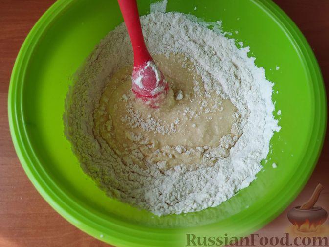 Фото приготовления рецепта: Яблочный пирог со сметанной заливкой - шаг №5