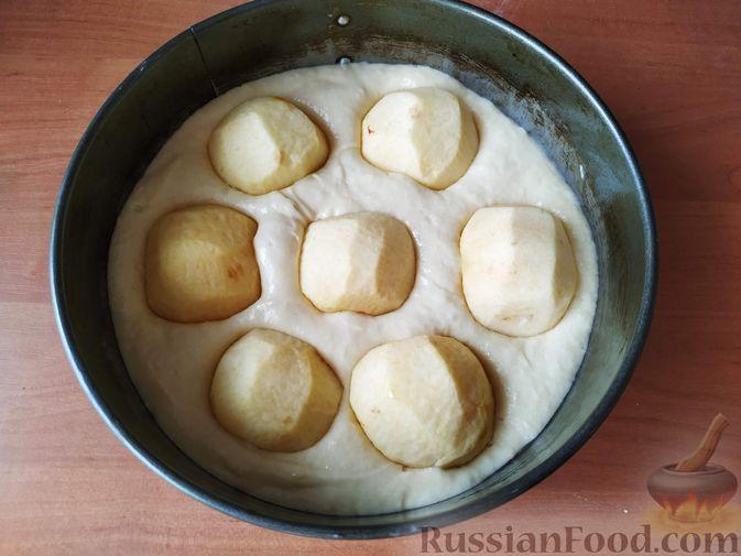 Фото приготовления рецепта: Яблочный пирог со сметанной заливкой - шаг №8
