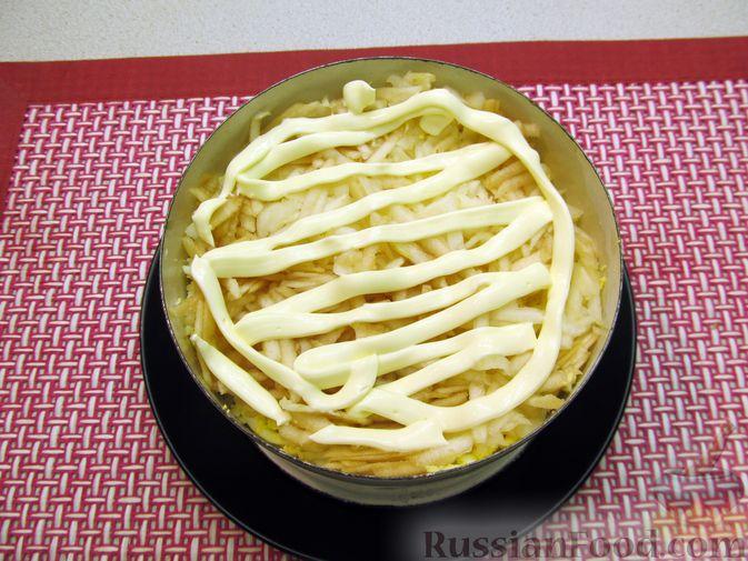 Фото приготовления рецепта: Слоёный салат с печенью трески, овощами, плавленым сыром и яблоком - шаг №14
