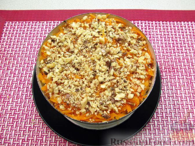 Фото приготовления рецепта: Слоёный салат с печенью трески, овощами, плавленым сыром и яблоком - шаг №16