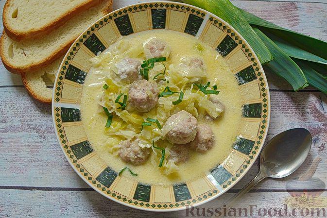 Фото к рецепту: Сырный суп с мясными фрикадельками, капустой и сметаной