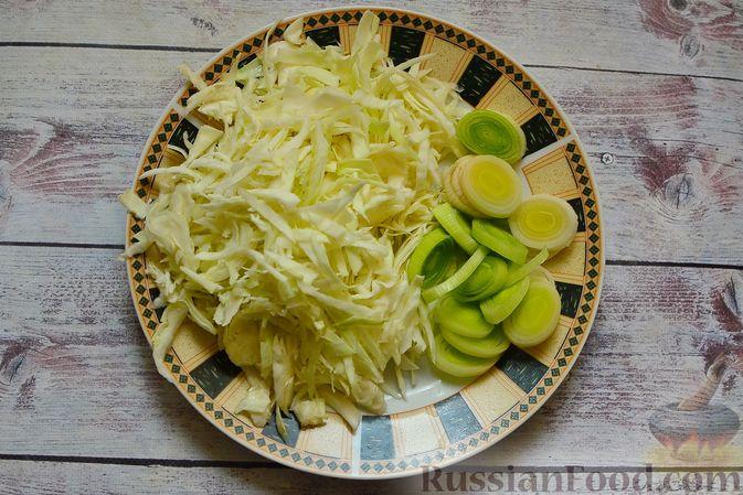 Фото приготовления рецепта: Сырный суп с мясными фрикадельками, капустой и сметаной - шаг №2