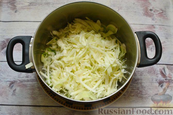 Фото приготовления рецепта: Сырный суп с мясными фрикадельками, капустой и сметаной - шаг №4