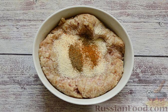 Фото приготовления рецепта: Сырный суп с мясными фрикадельками, капустой и сметаной - шаг №5