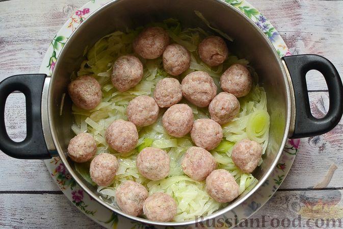 Фото приготовления рецепта: Сырный суп с мясными фрикадельками, капустой и сметаной - шаг №8