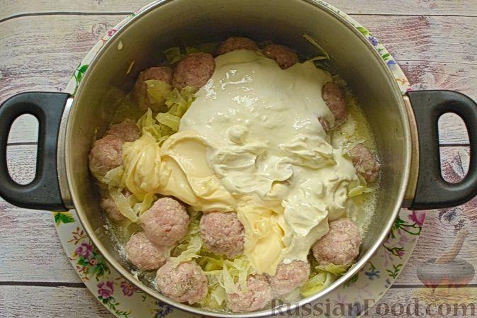 Фото приготовления рецепта: Сырный суп с мясными фрикадельками, капустой и сметаной - шаг №9