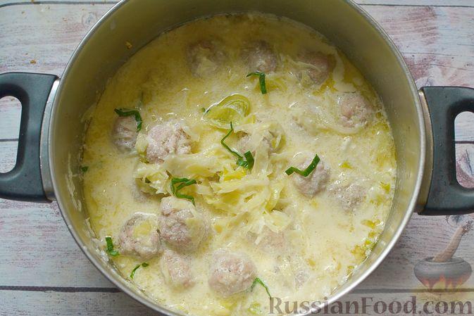 Фото приготовления рецепта: Сырный суп с мясными фрикадельками, капустой и сметаной - шаг №10