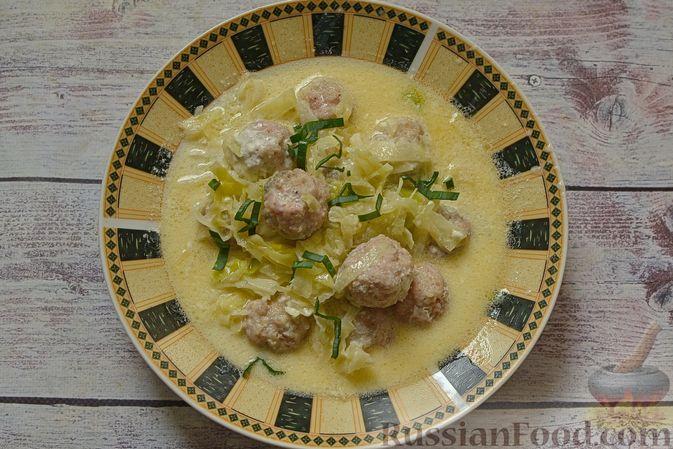 Фото приготовления рецепта: Сырный суп с мясными фрикадельками, капустой и сметаной - шаг №11