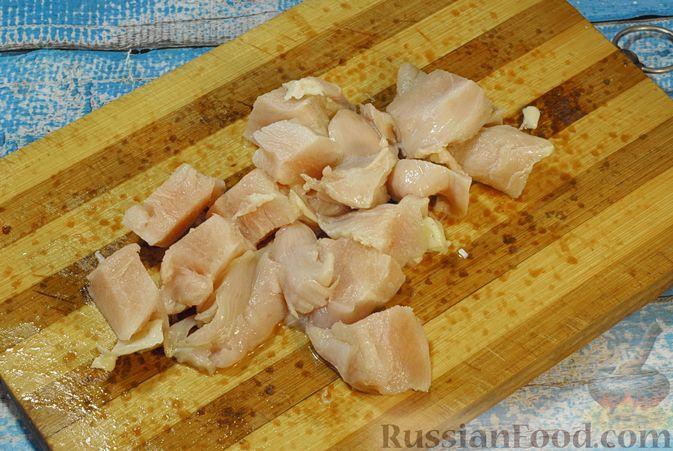 Фото приготовления рецепта: Рагу из куриного филе с болгарским перцем и брюссельской капустой - шаг №2