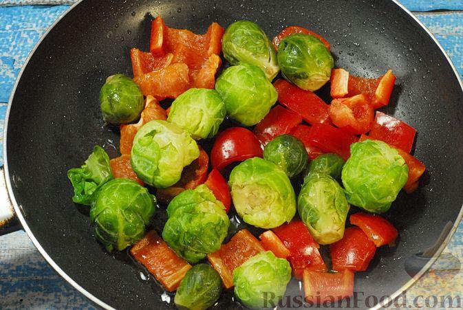 Фото приготовления рецепта: Рагу из куриного филе с болгарским перцем и брюссельской капустой - шаг №5