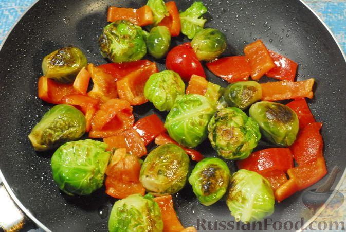 Фото приготовления рецепта: Рагу из куриного филе с болгарским перцем и брюссельской капустой - шаг №6