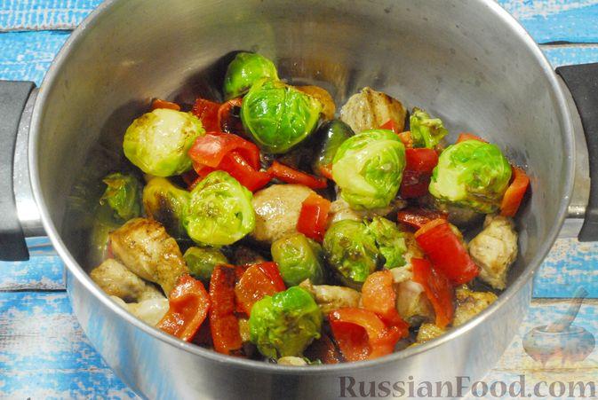 Фото приготовления рецепта: Рагу из куриного филе с болгарским перцем и брюссельской капустой - шаг №8