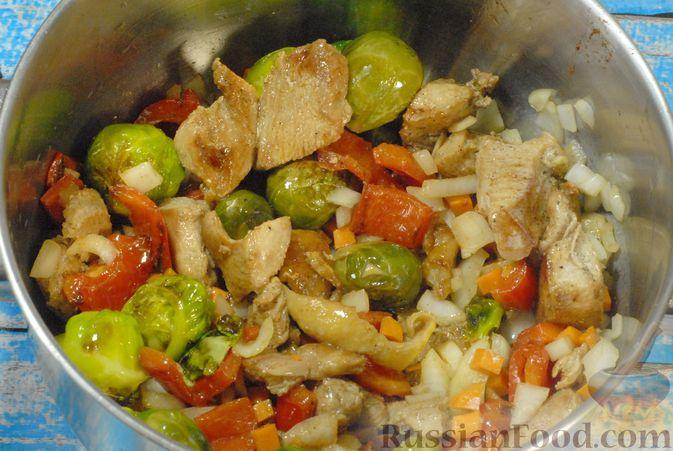 Фото приготовления рецепта: Рагу из куриного филе с болгарским перцем и брюссельской капустой - шаг №11