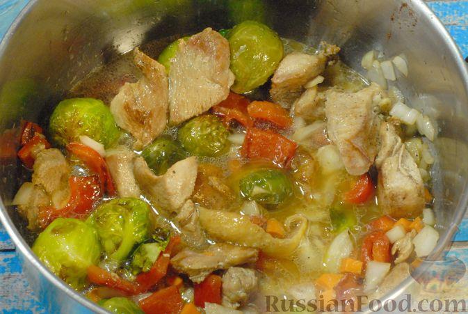 Фото приготовления рецепта: Рагу из куриного филе с болгарским перцем и брюссельской капустой - шаг №12