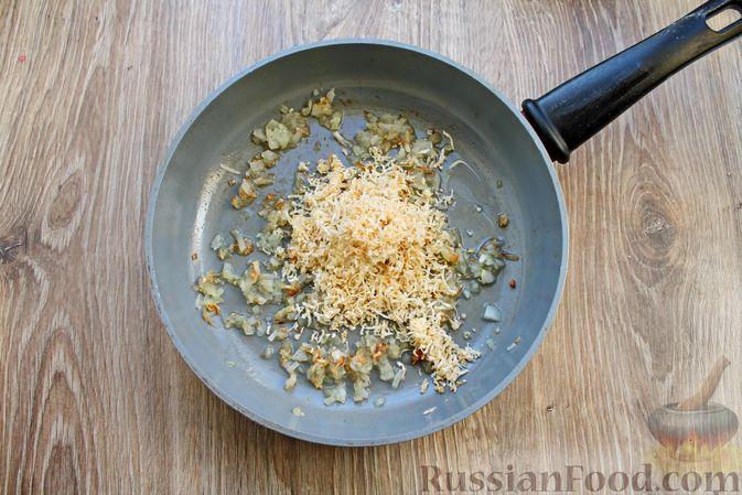 Фото приготовления рецепта: Капуста, тушенная с яблоком, сельдереем и томатной пастой - шаг №4