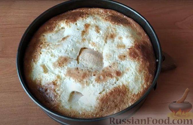 Фото приготовления рецепта: Яблочный пирог со сметанной заливкой - шаг №11