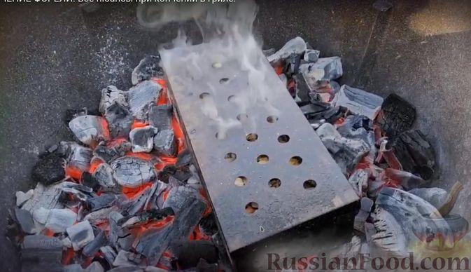 Фото приготовления рецепта: Копчёная форель (на гриле) - шаг №5