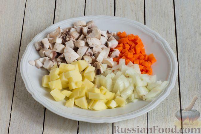 Фото приготовления рецепта: Суп с шампиньонами и овсянкой - шаг №2