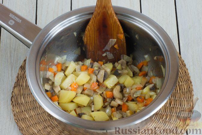 Фото приготовления рецепта: Суп с шампиньонами и овсянкой - шаг №3