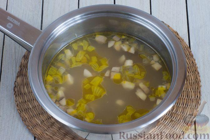 Фото приготовления рецепта: Суп с шампиньонами и овсянкой - шаг №4