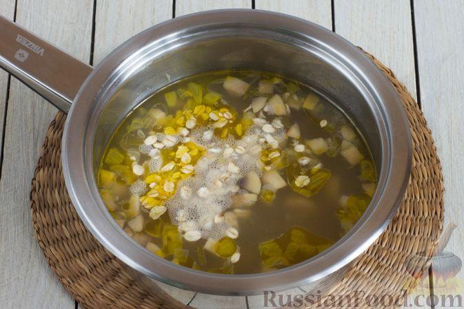 Фото приготовления рецепта: Суп с шампиньонами и овсянкой - шаг №5