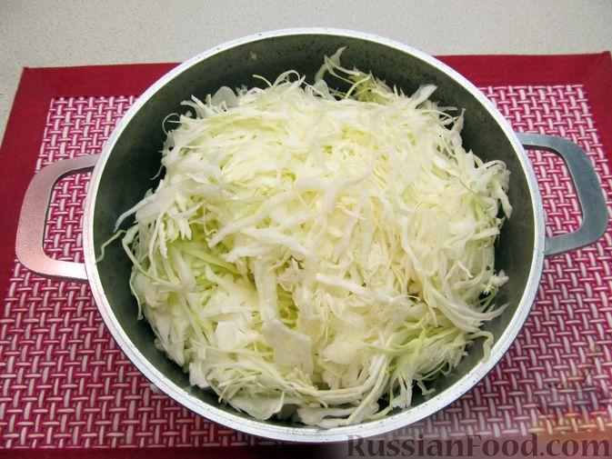 Фото приготовления рецепта: Капуста, тушенная с фасолью, картофелем и томатной пастой - шаг №5