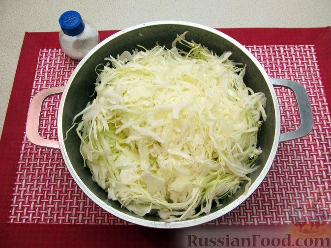 Фото приготовления рецепта: Капуста, тушенная с фасолью, картофелем и томатной пастой - шаг №6