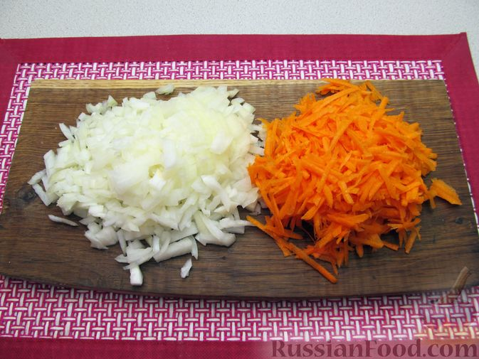 Фото приготовления рецепта: Капуста, тушенная с фасолью, картофелем и томатной пастой - шаг №10