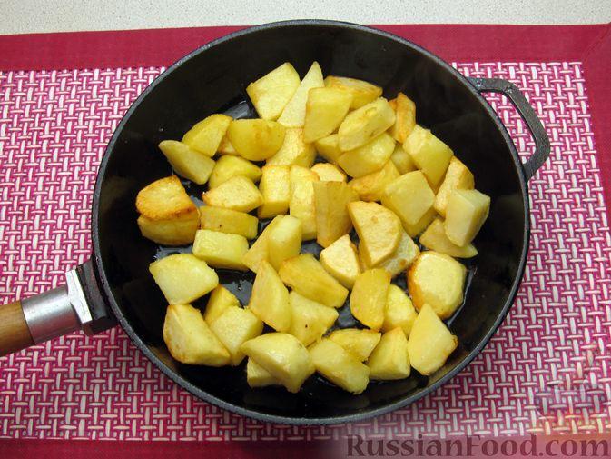 Фото приготовления рецепта: Капуста, тушенная с фасолью, картофелем и томатной пастой - шаг №9