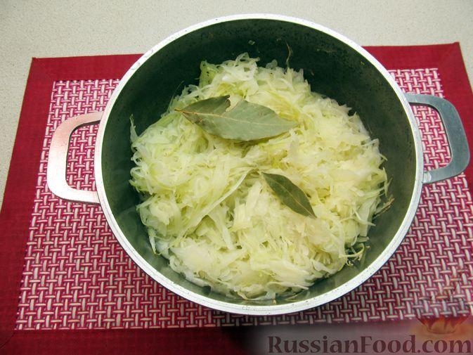 Фото приготовления рецепта: Капуста, тушенная с фасолью, картофелем и томатной пастой - шаг №11