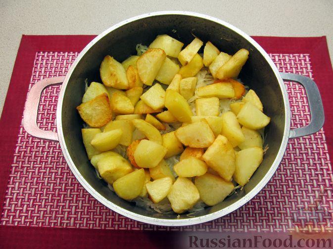 Фото приготовления рецепта: Капуста, тушенная с фасолью, картофелем и томатной пастой - шаг №12