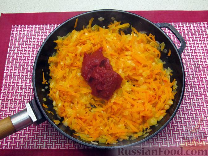 Фото приготовления рецепта: Капуста, тушенная с фасолью, картофелем и томатной пастой - шаг №17