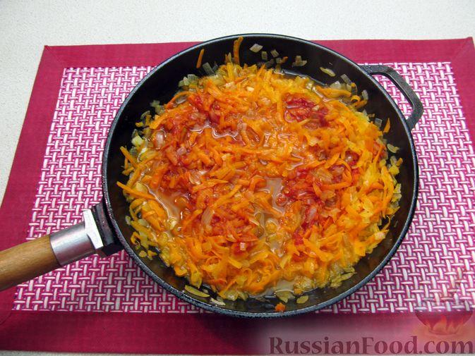 Фото приготовления рецепта: Капуста, тушенная с фасолью, картофелем и томатной пастой - шаг №18