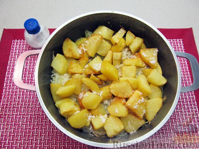 Фото приготовления рецепта: Капуста, тушенная с фасолью, картофелем и томатной пастой - шаг №13