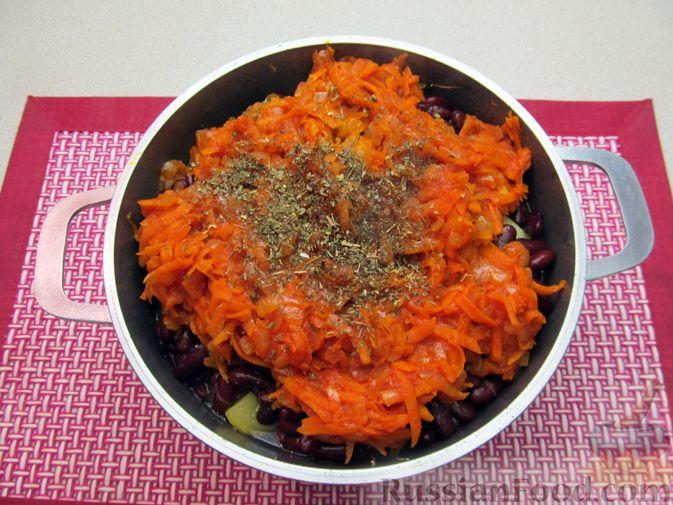 Фото приготовления рецепта: Капуста, тушенная с фасолью, картофелем и томатной пастой - шаг №21