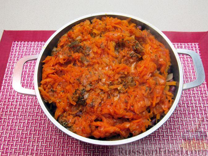 Фото приготовления рецепта: Капуста, тушенная с фасолью, картофелем и томатной пастой - шаг №22