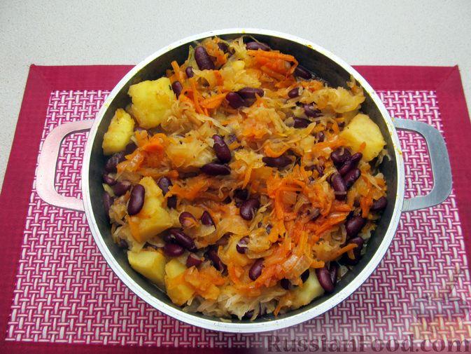Фото приготовления рецепта: Капуста, тушенная с фасолью, картофелем и томатной пастой - шаг №23