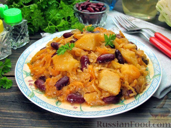 Фото приготовления рецепта: Капуста, тушенная с фасолью, картофелем и томатной пастой - шаг №24