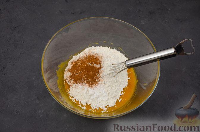 Фото приготовления рецепта: Тыквенные блонди с шоколадом, орехами и корицей - шаг №8