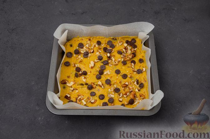 Фото приготовления рецепта: Тыквенные блонди с шоколадом, орехами и корицей - шаг №12