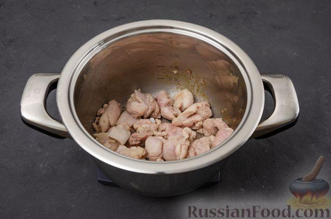 Фото приготовления рецепта: Ячневая каша с курицей, болгарским перцем и морковью - шаг №3